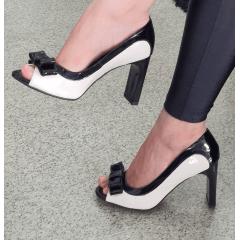 Peep Toe Laço Salto Reto Verniz Preto e Branco