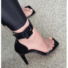 Sandália Salto Alto Bico Quadrado Vinil Maxi Fivela Glossy Preto
