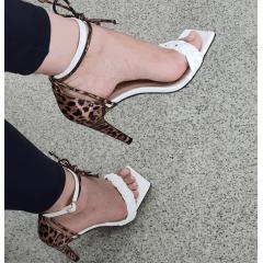 Sandália Salto Alto Minimalista Fluffy Duas Tiras Branco e Animal Print